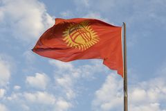 Kirgizistanflagga som vinkar på vinden royaltyfri foto