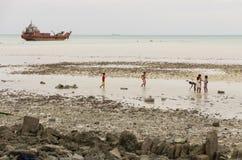 Kiribati dzieci i shipwreck Obraz Stock