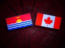Kiribati flaga z kanadyjczyk flaga na drzewnym fiszorku odizolowywającym obrazy stock