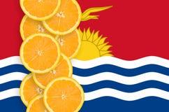 Kiribatisk vertikal rad för flagga- och citrusfruktskivor arkivbild