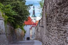 Kirik di Oleviste della chiesa del ` s della st Olaf nella vecchia città di Tallinn, Estonia fotografia stock libera da diritti
