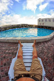 Kirillovka, Ουκρανία - 28 Αυγούστου 2016: Ηλιοθεραπεία από την πισίνα τουριστικών θερέτρων ξενοδοχείων Στοκ φωτογραφία με δικαίωμα ελεύθερης χρήσης