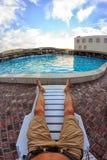 Kirillovka, Ucrânia - 28 de agosto de 2016: Tomar sol pela piscina da estância turística do hotel Fotografia de Stock Royalty Free