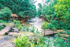 Kirirom Nationaal Park dat in de provinciekoninkrijk van Kompong spue van Kambodja de mooie waterval en de berg wordt gevestigd Stock Fotografie