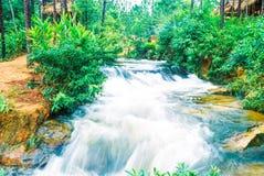 Kirirom Nationaal Park dat in de provinciekoninkrijk van Kompong spue van Kambodja de mooie waterval en de berg wordt gevestigd Stock Foto