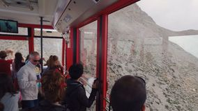 KIRIS, TURQUIA - EM MAIO DE 2017: os povos são teleférico interno, movendo, na parte superior da montanha Tahtali vídeos de arquivo