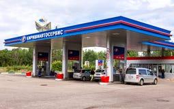 Kirishiautoservice加油站在晴朗的夏日 免版税库存照片