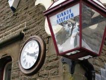 Kirkby Stephen Railway Station Clock e lanterna imagem de stock royalty free
