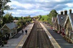 Kirkby Stephen Railway Station som ser norr från spången royaltyfria bilder