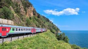 KIRKIREY, REGIÃO de IRKUTSK, RÚSSIA - julho, 29,2016: Baikal expresso Curso do trem do turista Fotografia de Stock