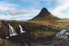 Kirkjufell山和瀑布 免版税库存照片