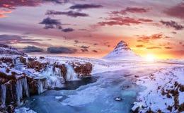 Kirkjufell山用冻水在冬天,冰岛落 免版税库存照片