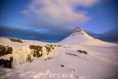 Kirkjufell山秀丽与水秋天的 库存图片