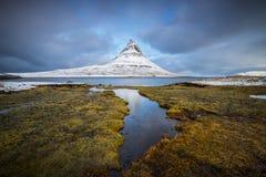 Kirkjufell är ett av de härliga bergen i Island Royaltyfri Bild
