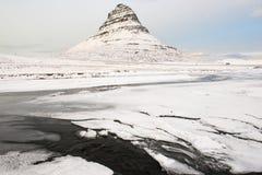 Kirkjufell berg med den djupfrysta floden på vintern, Island Royaltyfria Bilder