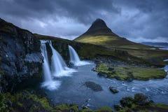 Kirkjufell berg och Kirkjufellsfoss i nedgång Arkivbilder