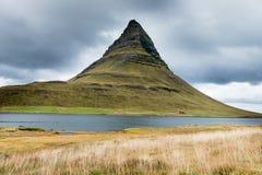 Kirkjufell berg på den Snaefellsnes halvön Island Royaltyfria Bilder