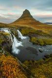 Kirkjufell con le cascate Fotografia Stock Libera da Diritti