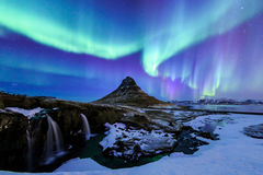 Kirkjufell e Aurora em Islândia fotos de stock