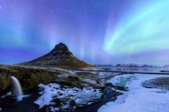 Kirkjufell en Dageraad in IJsland stock foto's