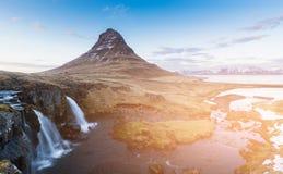 Kirkjufell foss natuurlijke vulkaan met waterval, de natuurlijke wintertijd van IJsland Stock Foto