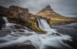 Kirkjufell majestoso e cachoeira em Islândia Fotos de Stock Royalty Free