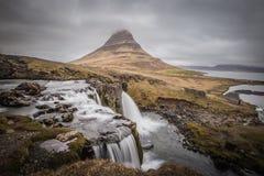Kirkjufell majestuoso y cascada en Islandia del oeste Foto de archivo libre de regalías
