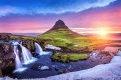 Kirkjufell no nascer do sol em Islândia Paisagem e nascer do sol bonitos fotos de stock royalty free