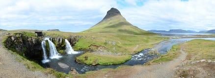 Kirkjufell panorama med vattenfallet Arkivfoton