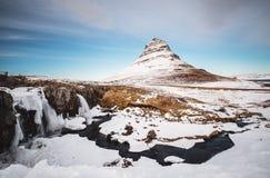 Kirkjufell vattenfall med berget i vinter, på Island royaltyfria bilder
