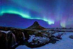 Kirkjufell y aurora en Islandia Fotografía de archivo libre de regalías