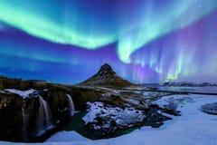 Kirkjufell y aurora en Islandia Fotos de archivo
