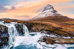 Kirkjufell zet en waterval op Stock Foto's