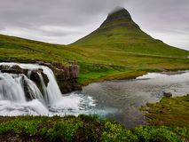 Kirkjufellberg en waterval stock foto's