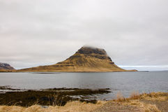 Kirkjufellberg, raincloud, droog gras, IJsland Stock Foto