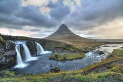 Kirkjufellfoss en Kirkjufell-berg Stock Fotografie