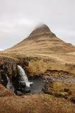 Kirkjufellsfoss瀑布, Kirkjufell山, raincloud, hayfi 免版税库存图片