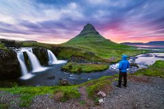 Kirkjufellsfoss - de mooiste waterval in IJsland Royalty-vrije Stock Afbeeldingen