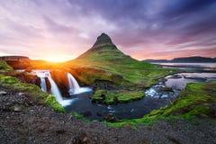 Kirkjufellsfoss - den mest härliga vattenfallet i Island Arkivbild