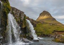 Kirkjufellsfoss Island med Kirkjufell i bakgrunden Royaltyfri Bild