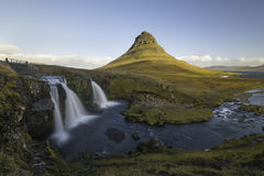 Kirkjufellsfoss siklawa z Kirkjufell górą Iceland Fotografia Stock