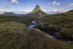 Kirkjufellsfoss siklawa z Kirkjufell górą Iceland Obrazy Royalty Free