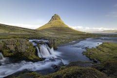 Kirkjufellsfoss vattenfall med det Kirkjufell berget Island Royaltyfria Foton