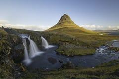 Kirkjufellsfoss vattenfall med det Kirkjufell berget Island Arkivbild