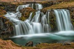 Kirkjufellsfoss-Wasserfall in Icelands Bewegliches Wasser lizenzfreies stockbild