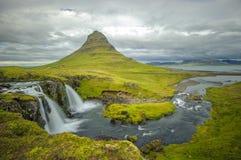 Kirkjufellsfoss-Wasserfall und Kirkjufell-Berg, Island Stockfotografie