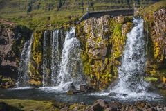 Kirkjufellsfossl waterfal maravilloso en Islandia en colores del otoño Imagenes de archivo