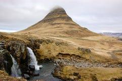 Kirkjufellsfosswaterval, Kirkjufell-berg, raincloud, hayfi Stock Foto's