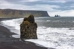 Kirkjufjara和Reynisfjara在有威胁的天空的冰岛靠岸 库存照片
