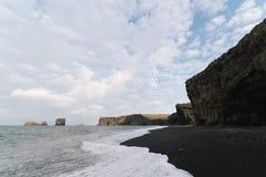 Kirkjufjara strand i söderna av Island arkivbilder